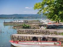 Liten hamn på Isola Maggiore i Trasimeno sjön i Umbria Fotografering för Bildbyråer