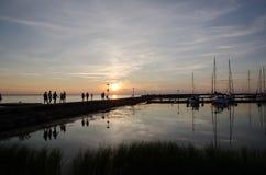 Liten hamnsikt på solnedgången Arkivfoto