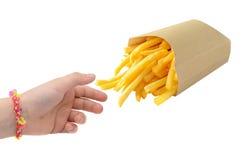 Liten hand som tar pommes frites som isoleras på vit arkivfoton