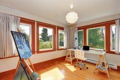Liten hem- studio för konstnär med skrivbordet och teckningsutrustning royaltyfria foton