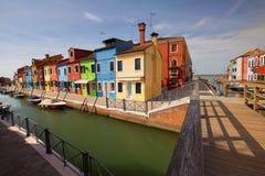 Liten hemtrevlig borggård med den färgrika stugan/Burano, Venice/den lilla gården med ljusa väggar av hus Arkivbild