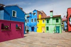 Liten hemtrevlig borggård med den färgrika stugan/Burano, Venice/den lilla gården med ljusa väggar av hus Royaltyfri Fotografi