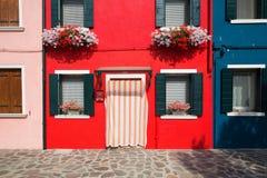 Liten hemtrevlig borggård med den färgrika stugan/Burano, Venice/den lilla gården med ljusa väggar av hus Royaltyfria Bilder