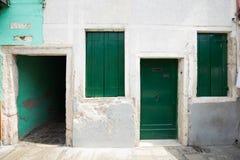 Liten hemtrevlig borggård med den färgrika stugan/Burano, Venice/den lilla gården med ljusa väggar av hus Royaltyfria Foton