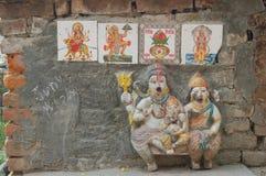 Liten hinduisk väggrelikskrin i Katmandu, Nepal royaltyfria foton