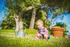 Liten hjälpreda på det gröna gräset i sommardag Arkivbild