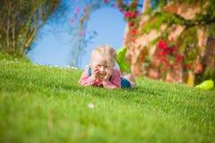 Liten hjälpreda på det gröna gräset i sommardag Arkivfoton