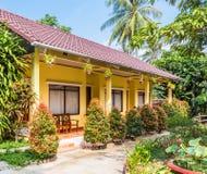 Liten hotellbyggnad i tropisk semesterort Royaltyfri Bild