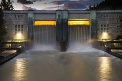 Liten hydro fördämningelektricitetskraftverk med härlig solnedgång royaltyfri fotografi