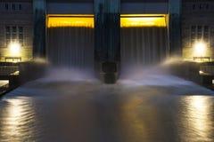 Liten hydro fördämningelektricitetskraftverk med härlig solnedgång royaltyfria bilder