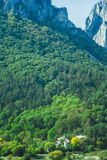 Liten by i berg av Transylvania Royaltyfri Fotografi