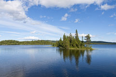 Liten ö i berg sjön Arkivfoton