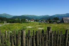 Liten by i bergen av Georgia fotografering för bildbyråer