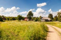 Liten by i centrala Ryssland i solig sommardag Royaltyfria Foton