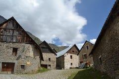 Liten by i de franska fjällängarna royaltyfri fotografi