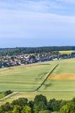 Liten by i Taununsen med fält arkivfoto