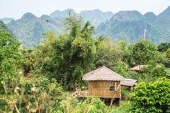 Liten by i Vang vieng Laos Arkivfoton