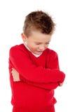 Liten ilsken unge med den röda ärmlös tröja arkivfoto