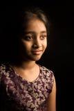 Liten indisk flicka i den traditionella klänningen som isoleras på svart bakgrund Arkivfoton