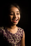 Liten indisk flicka i den traditionella klänningen som isoleras på svart bakgrund Arkivfoto