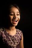 Liten indisk flicka i den traditionella klänningen som isoleras på svart bakgrund Royaltyfri Fotografi