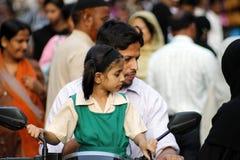 Liten indisk flicka på en sparkcykel Arkivfoto