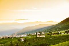 Liten italiensk stad av valdobbiadene på kullar på solnedgången Arkivbilder