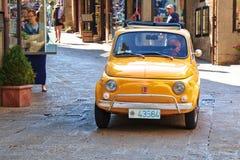 Liten italiensk stadsbil Fiat 500 på gatan italy Arkivbild