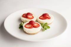 Liten jordgubbeostkaka på en platta Royaltyfri Bild