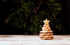 Liten julgran av en pepparkaka, selektiv fokus Arkivfoto