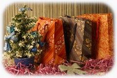 Liten julgran på bakgrund för vykort och hälsningar Arkivfoto