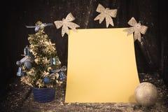 Liten julgran på bakgrund för vykort och hälsningar Royaltyfria Bilder