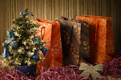 Liten julgran på bakgrund för vykort och hälsningar Fotografering för Bildbyråer
