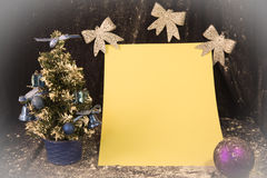 Liten julgran på bakgrund för vykort och hälsningar Royaltyfri Fotografi