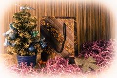 Liten julgran på bakgrund för vykort och hälsningar Arkivbilder