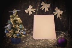 Liten julgran på bakgrund för vykort och hälsningar Royaltyfri Foto