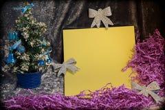 Liten julgran på bakgrund för vykort och hälsningar Arkivbild