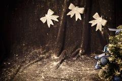 Liten julgran på bakgrund för vykort och hälsningar Arkivfoton