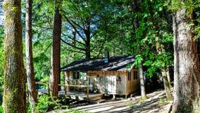 Liten kabin på den lösa och sceniska skurk- floden arkivfoton