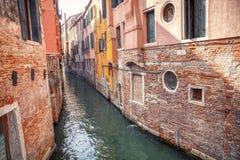 Liten kanal i Venedig arkivfoto