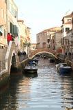 Liten kanal med den romantiska bron i venecia Arkivbild