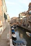 Liten kanal med den romantiska bron i venecia Arkivfoton