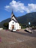 Liten katolsk kyrka i semesterortstaden av Dimaro i Brentaen Arkivbilder