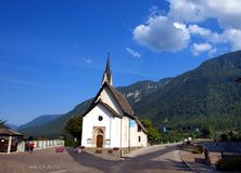 Liten katolsk kyrka i semesterortstaden av Dimaro i Brentaen Arkivbild