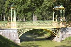 Liten kinesisk bro 1786 i Alexander Park i Pushkin Tsarskoye Selo, nära St Petersburg Royaltyfri Bild