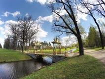 Liten kinesisk bro 1786 i Alexander Park i Pushkin Tsarskoye Selo, nära St Petersburg Royaltyfri Fotografi