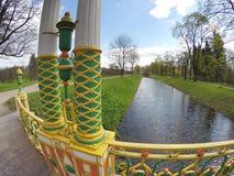 Liten kinesisk bro 1786 i Alexander Park i Pushkin Tsarskoye Selo, nära St Petersburg Arkivbild