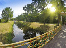 Liten kinesisk bro & x28; 1786& x29; i Alexander Park i Pushkin & x28; Tsarskoye Selo& x29; , nära St Petersburg Royaltyfri Bild