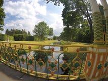 Liten kinesisk bro & x28; 1786& x29; i Alexander Park i Pushkin & x28; Tsarskoye Selo& x29; , nära St Petersburg Arkivfoton