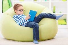 Liten klok pojkeläsning från boken Royaltyfri Fotografi